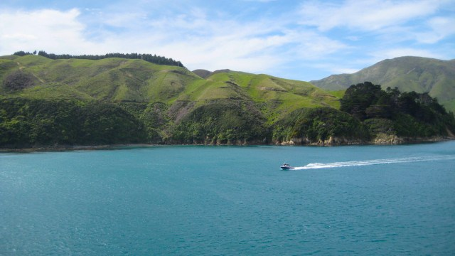 Speed boat water green hills 640x360